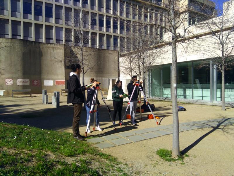 Els alumnes de Projectes d'Edificació realitzen un replantejament topogràfic d'una obra de la UPC