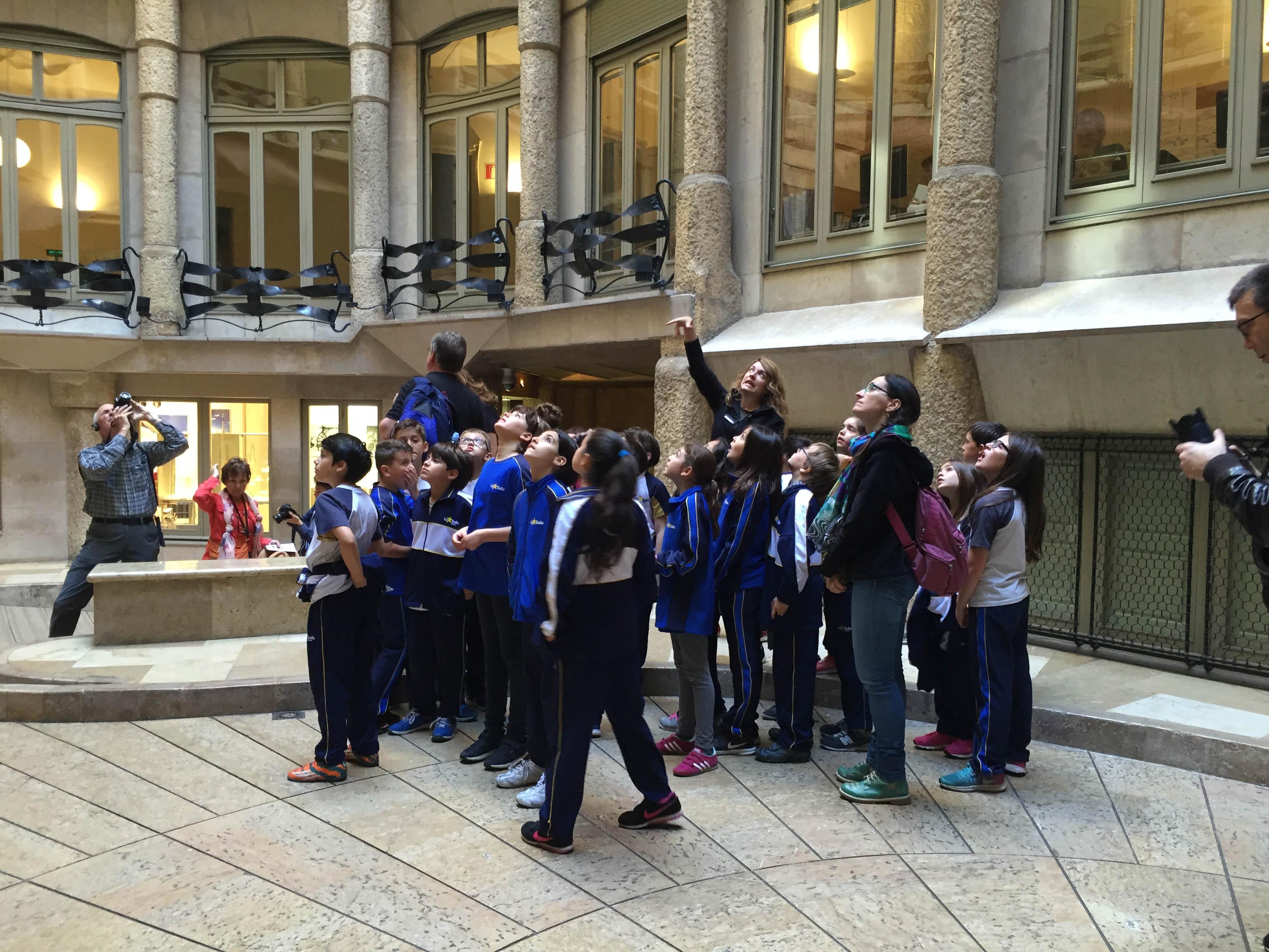 Els alumnes de 4t de Primària coneixen la Barcelona modernista en el Quadrat d'Or