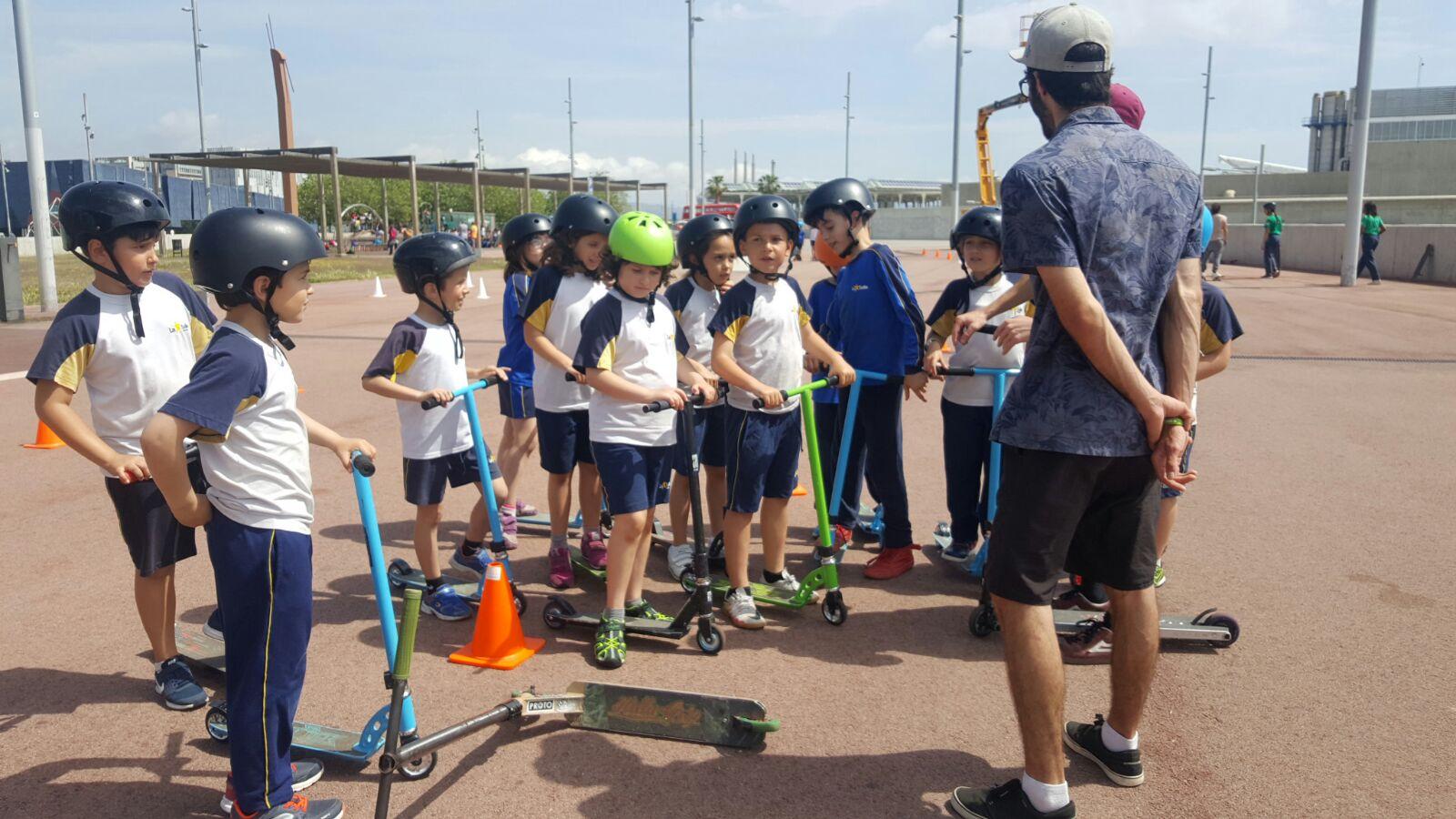 Els alumnes de 3r de Primària practiquen l'skate i el patinet al Fòrum de Barcelona