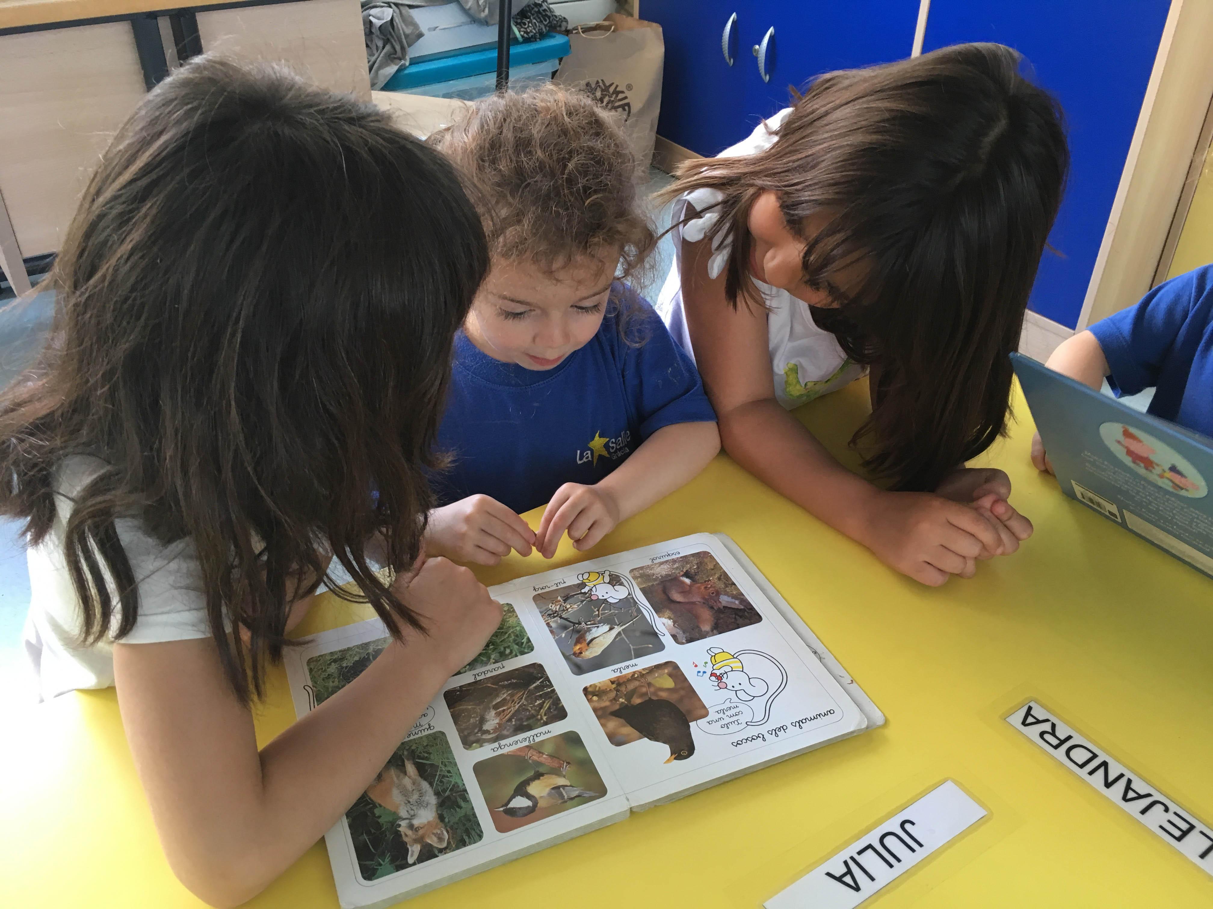 Els alumnes de 1r de Primària realitzen un contacontes amb els petits de P3