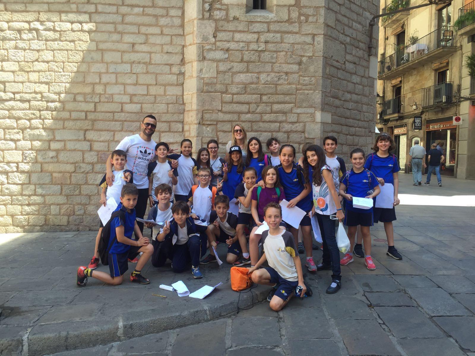 Els nens i nenes de 4t de Primària practiquen l'anglès en un recorregut pel Barri Gòtic