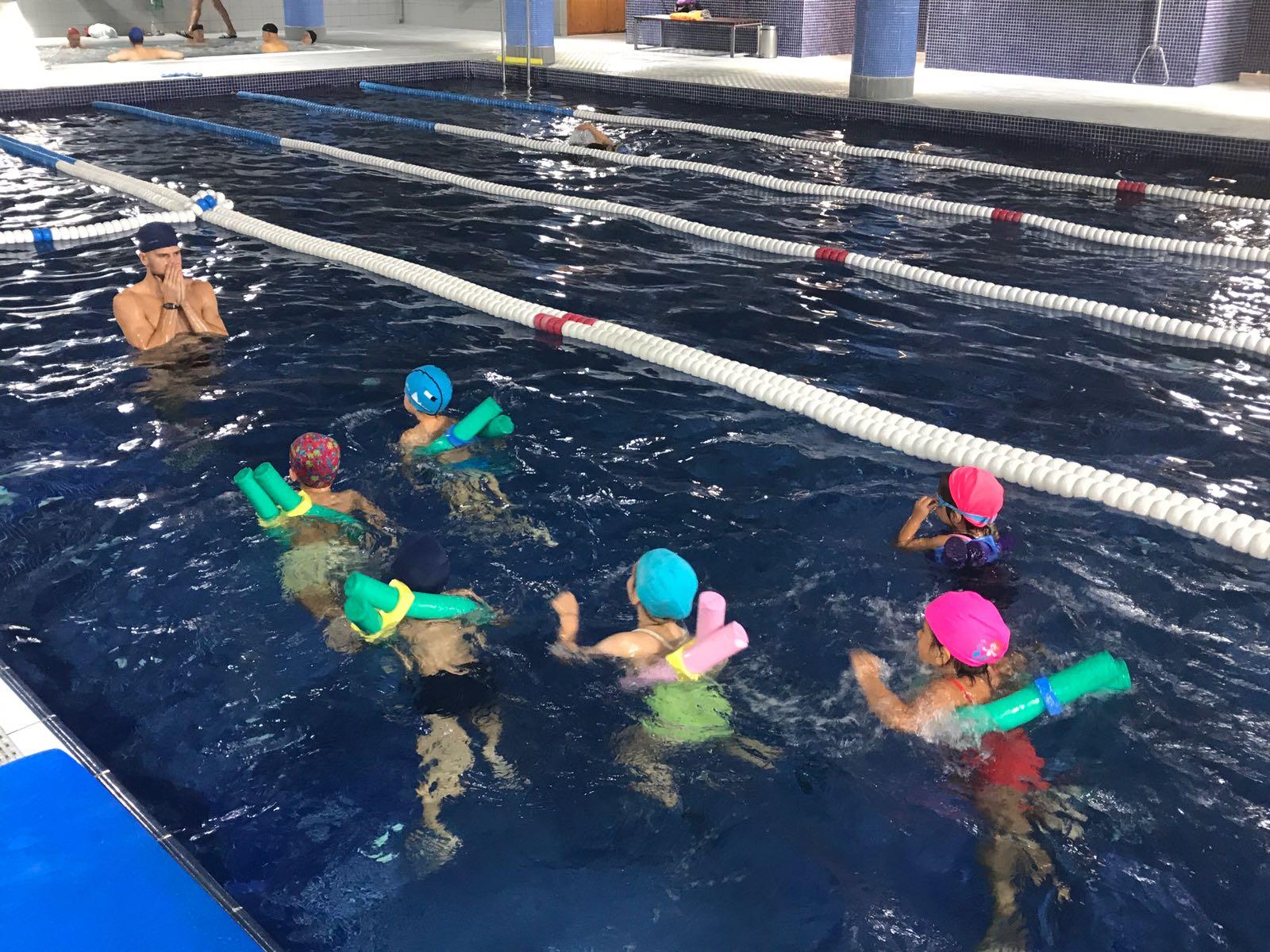 Els nens i nenes de P4 i P5 comencen l'activitat de piscina