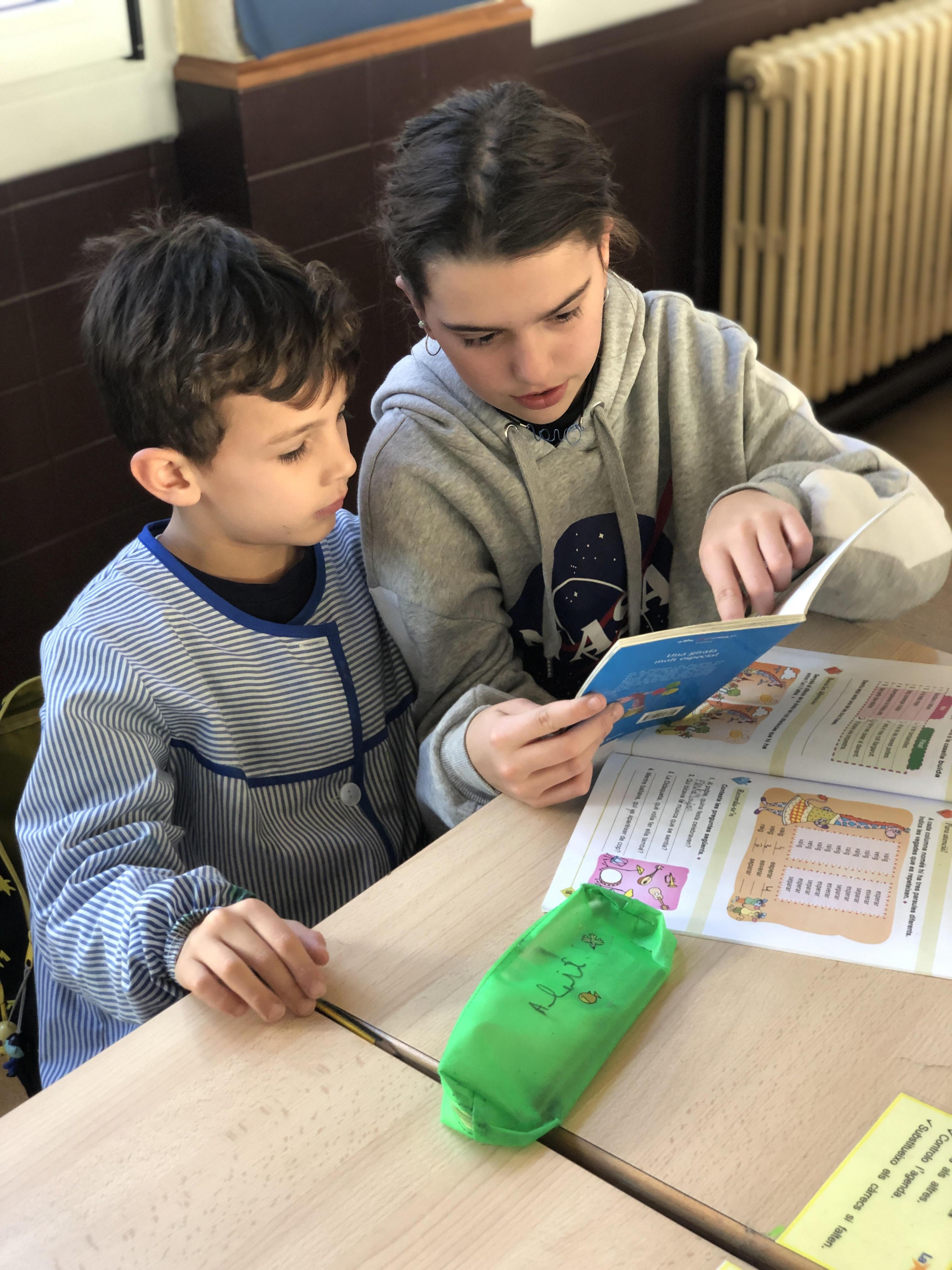 Nens llegint a educació infantil
