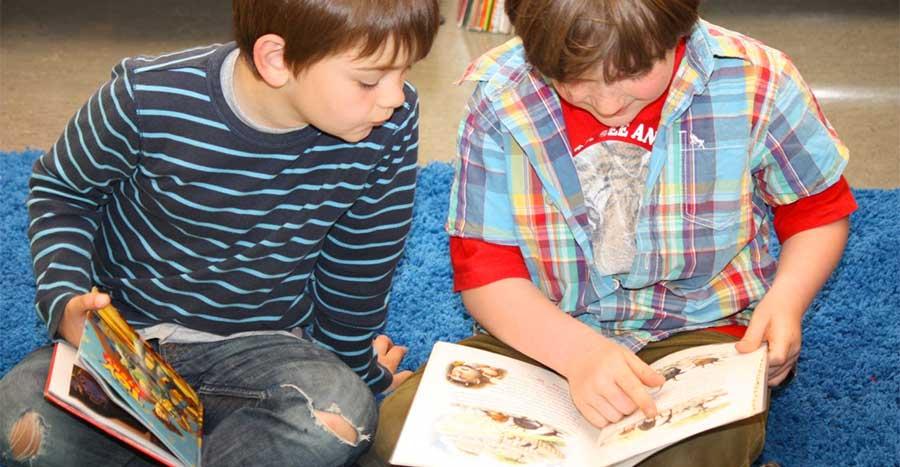 Nens llegint a la biblioteca